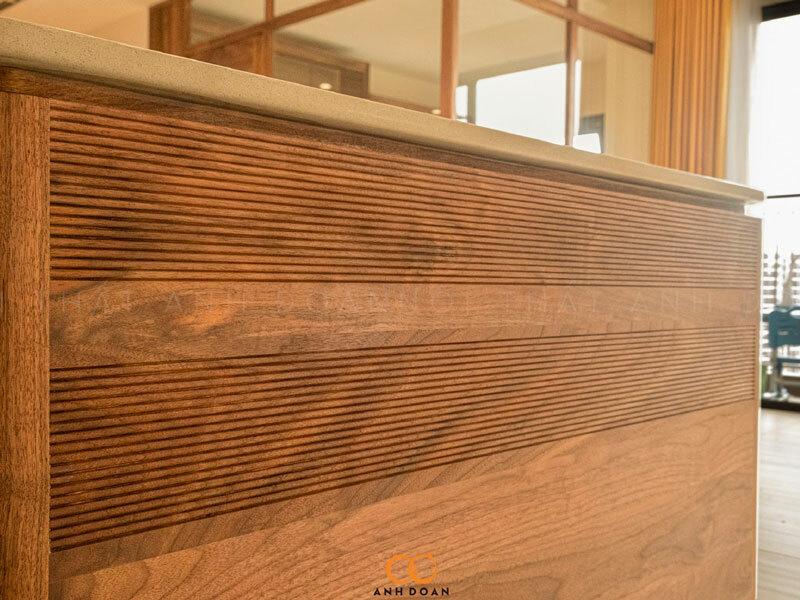 cham khắc tỉ mỉ trên gỗ óc chó