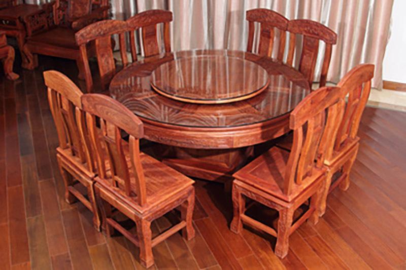 Bộ bàn ăn tròn từ gỗ hương với thiết kế sang trọng cho không gian phòng bếp cổ điển.