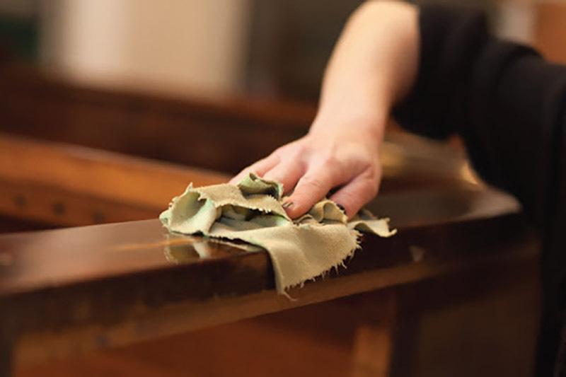 Dùng khăn mềm để vệ sinh đồ nội thất gỗ óc chó